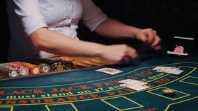 Spel in blackjackkaartspel stock footage