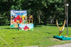 Spel met grote katapult en cijfers van boze vogels in stadspark Royalty-vrije Stock Foto