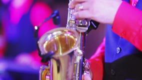 Spel op saxofoon stock videobeelden