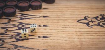 Spel van backgammon Dobbel stock afbeelding