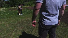 Spel van de familie het speel vliegende schijf bij openlucht stock video