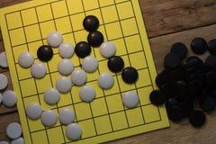 spel van de igo het Chinese raad met zwart-witte steen stock foto