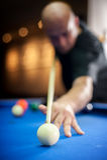 Spel van de jonge mensen het speelpool in bar royalty-vrije stock foto's