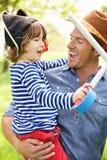 Spel van het Avontuur van de vader het Speel Opwindende met Zoon royalty-vrije stock foto's