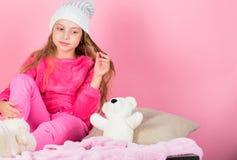 Spel van het jong geitje het leuke meisje met zachte stuk speelgoed teddybeer roze achtergrond Unieke gehechtheid aan gevulde die royalty-vrije stock fotografie
