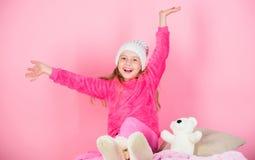 Spel van het jong geitje het leuke meisje met zachte stuk speelgoed teddybeer roze achtergrond Unieke gehechtheid aan gevulde die royalty-vrije stock afbeeldingen