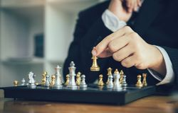 Spel van het zakenman sloeg het speelschaak tegenstander met strategieconcept royalty-vrije stock foto's