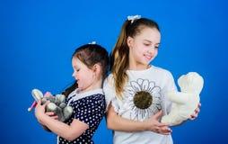 Spel van jonge geitjes het leuke meisjes met zacht speelgoed Gelukkige kinderjaren Kinderverzorging Zusters of beste vriendenspel royalty-vrije stock afbeelding