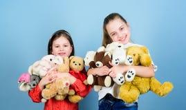 Spel van zusters het beste vrienden Zoete kinderjaren Kinderjarenconcept Zachtheid en tederheid E Liefde en stock afbeeldingen