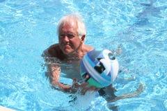 Spel in zwembad Stock Foto's