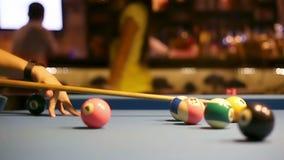 Spela Åtta-boll pölbiljard i en stång stock video