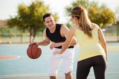 Spela basket med mitt datum royaltyfri bild