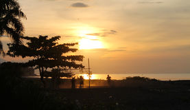 Spela beachsoccer under solnedgång, Bali Royaltyfri Fotografi