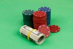 Spela chiper och pengar Arkivbild