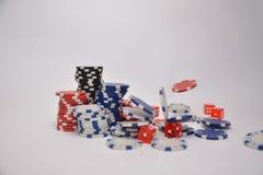 Spela chiper och tärning royaltyfri fotografi