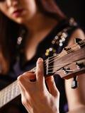 Spela den akustiska gitarren Royaltyfri Fotografi