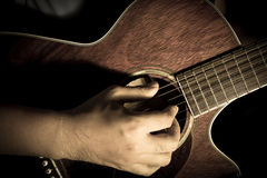 Spela den akustiska gitarren, gitarrist Royaltyfri Bild