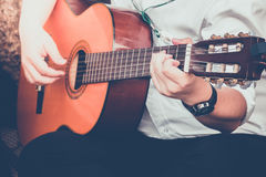 Spela den härliga tonåriga flickan för gitarren som… spelar musik med en gitarr Royaltyfria Foton