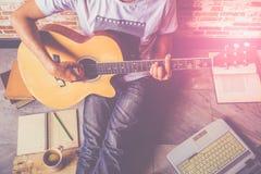 Spela den härliga tonåriga flickan för gitarren som… spelar musik med en gitarr Royaltyfri Foto