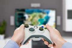 Spela den modiga lekvideoen på tv eller bildskärm Gamerbegrepp Arkivfoton