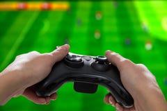 Spela den modiga lekvideoen på tv eller bildskärm Gamerbegrepp Royaltyfria Foton