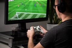 Spela den modiga lekvideoen på tv eller bildskärm Gamerbegrepp Arkivbilder