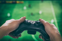 Spela den modiga lekvideoen på tv eller bildskärm Gamerbegrepp Royaltyfri Fotografi