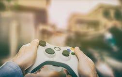 Spela den modiga lekvideoen på tv eller bildskärm Gamerbegrepp Fotografering för Bildbyråer