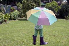 Spela efter regnet Arkivbild