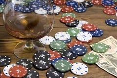 Spela för alkohol och för dobbleri för pokerchipkort arkivbilder