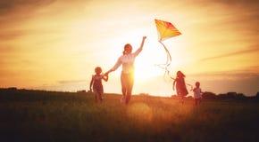 Spela för familj som är utomhus- royaltyfri foto