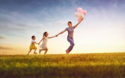 Spela för familj som är utomhus- Arkivfoto
