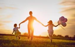 Spela för familj som är utomhus- Arkivbilder