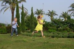 Spela för flicka och för pojke Royaltyfri Fotografi