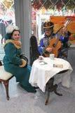 Spela för gitarr och sjungande duette i XIX rysk dräkt för århundrade Royaltyfri Bild