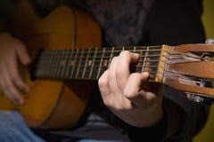 Spela för gitarrist för akustisk gitarr. royaltyfri foto