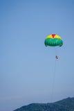 Spela för kvinnor hoppa fallskärm på blå himmel Royaltyfri Fotografi
