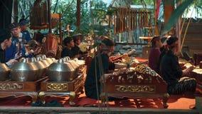 Spela för män som är gamelan under den Angklung showen, Bandung arkivfilmer