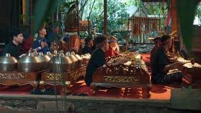 Spela för män som är gamelan under den Angklung showen, Bandung stock video