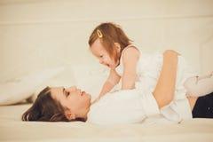 Spela för mamma och för liten flicka royaltyfri bild