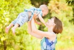 Spela för mamma som och för son är utomhus- tillsammans royaltyfri fotografi