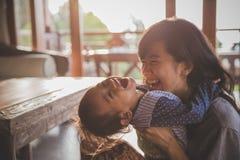 spela för moder- och barnflicka arkivbilder