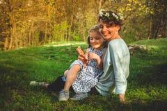 Spela för moder som och för dotter är utomhus- Fotografering för Bildbyråer