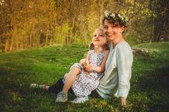 Spela för moder som och för dotter är utomhus- Arkivfoton