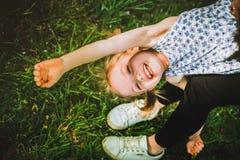 Spela för moder som och för dotter är utomhus- Arkivbild
