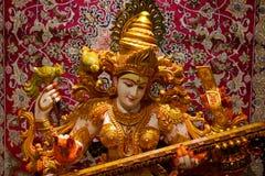Spela för Saraswati hinduiskt gud som är sittar/vina fotografering för bildbyråer