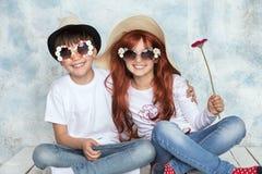 Spela för två unga ungar Royaltyfri Foto