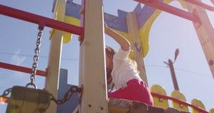 Spela flickan på lekplats med solväderkorn stock video