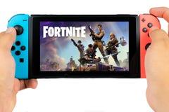 Spela Fortnite i den Nintendo strömbrytaren arkivfoton