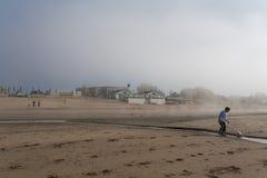 Spela fotboll på stranden Royaltyfria Bilder